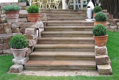 Gartengestaltung mit steinen terrasse mauer weg for Gartengestaltung treppe