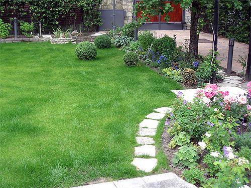 Gewundener Weg im Garten aus Schotter
